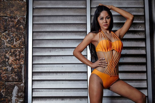 Thí sinh Tongta Jamroenjai diện bikini màu cam với những đường nối mảnh mai.