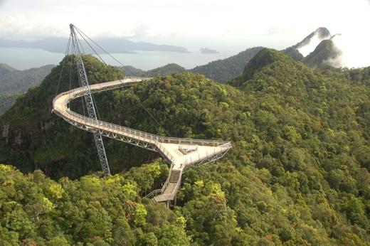 Cây cầu nàycũng được bình chọn là một trong những chiếc cầu treo kìdị nhất thế giới.(Ảnh: Internet)