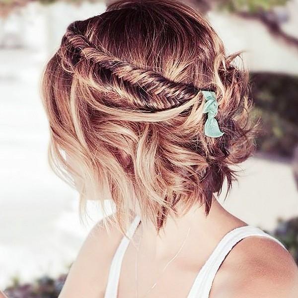 Kiểu tết bím cầu kì này cũng khá dễ dàng thực hiện nhưng chắc chắn sẽ mất nhiều thời gian và đòi hỏi sự tỉ mỉ. Sau khi tết bím xong với phần tóc ở mặt trước, bạn chỉ cần kéo nhẹ xếch ra phía sau và dùng kẹp hoặc nơ buộc tóc để cố định chúng.