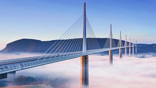 Đây là cây cầu cạn dây văngbắc qua thung lũng sông TarnởMillau.(Ảnh: Internet)