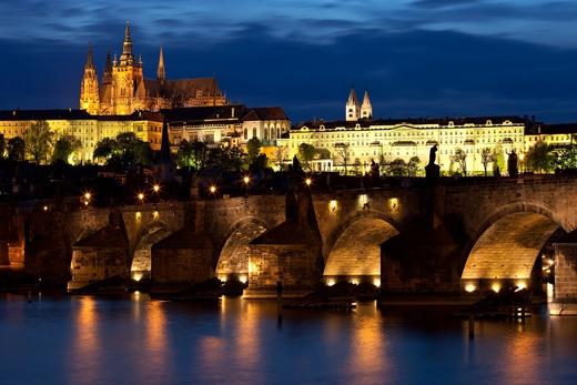 Cầu Charles nối hai bờ dòng Vltava giữa thủ đô Prague.(Ảnh: Internet)
