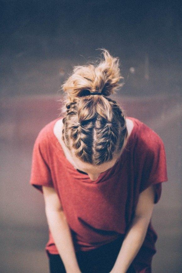 Nếu như kiểu tết bím sát da đầu đã quá nhàm chán, bạn có thể kết hợp chúng cùng kiểu cột đuôi ngựa truyền thống. Chắc chắn kiểu tóc này sẽ làm hài lòng các cô gái trong những ngày hè nóng bức, nhiều hoạt động vui chơi sắp tới đây. Đặc biệt, nếu bạn là người theo đuổi phong cách thời trang cá tính, bụi bặm.