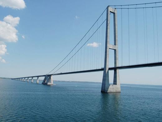 Chiều cao của cầu được tính toán kĩ càngsao cho tàu biển cỡ nhỏ và vừa đều có thể lưu thông được.(Ảnh: Internet)