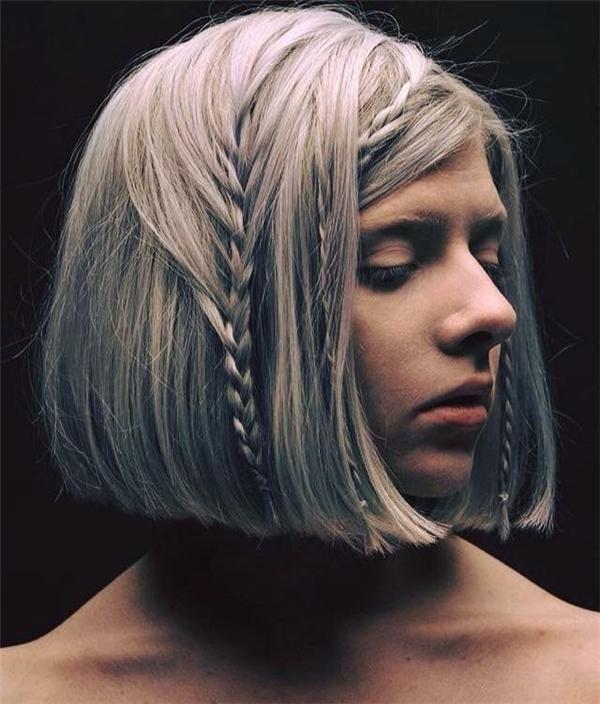 Trong hè này, tóc bob đã trở thành xu hướng được ưa chuộng nhất. Chúng vừa cá tính, gọn gàng nhưng không làm mất đi vẻ ngoài điệu đà vốn có của các cô gái. Với kiểu tóc này, một vài lọn tóc nhỏ tết bím ẩn hiện sẽ giúp bạn trông hút mắt hơn gấp bội lần.