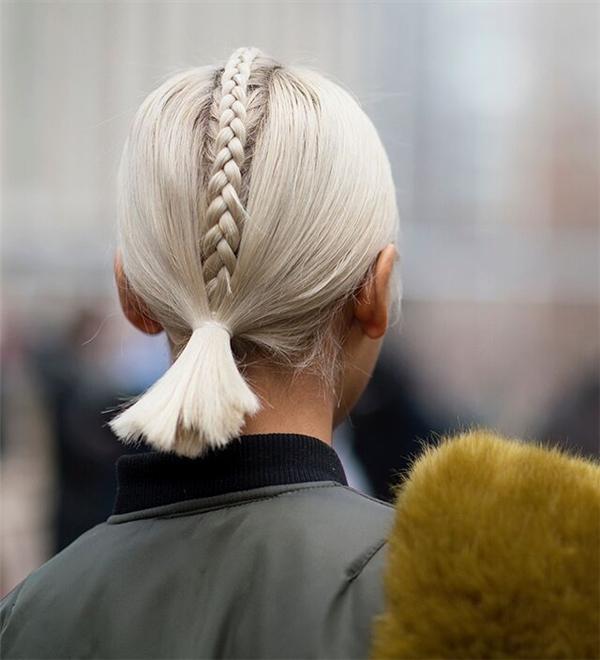 Phần tóc tết bím vừa giúp tạo điểm nhấn, vừa trở thành công cụ phân chia tóc đều nhau khá hiệu quả. Với mái tóc này, khi xuống phố, chắc chắn bạn sẽ trở thành tâm điểm của mọi ánh nhìn.