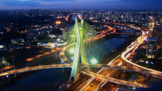 Cây cầu cao 138 m, dài 1,600 m nối bờ Pinheiros với đại lộ Jornalista Roberto Marinho.(Ảnh: Internet)