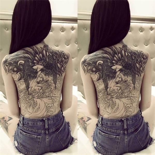 Cô gái sở hữu hình xăm song phượng kín lưng.