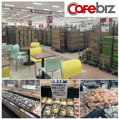 Quang cảnh siêu thị Aeon trong ngày bán đồ ăn giảm giá cho khách.