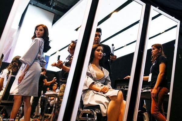 Các thí sinh hết mình chuẩn bị cho cuộc thi từ trang phục, đầu tóc,…