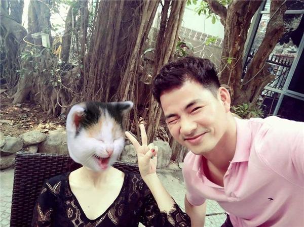 """Xuân Bắc khiến các fan vô cùng tò mò khi đăng tải hình ảnh chụp cùng một cô gái giấu mặt. Anh viết chú thích: """"Chụp cái ảnh cùng một cô gái rất xinh - mà nhất định giấu mặt vì"""" chú chụp cháu...không xinh""""."""" - Tin sao Viet - Tin tuc sao Viet - Scandal sao Viet - Tin tuc cua Sao - Tin cua Sao"""