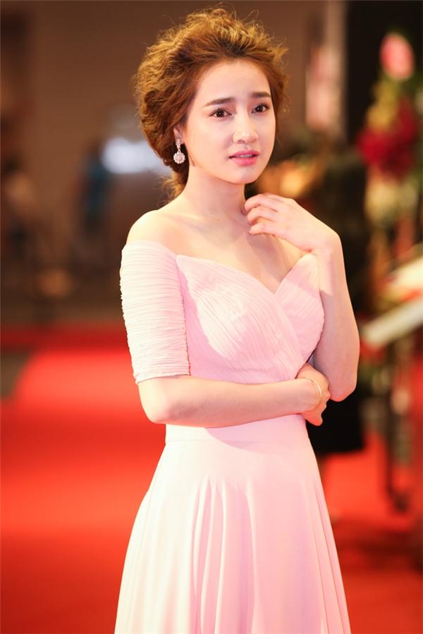 Nữ diễn viên khéo léo khoe đôi vai trần đầy quyến rũ trong chiếc đầm màu hồng pastel nhã nhặn - Tin sao Viet - Tin tuc sao Viet - Scandal sao Viet - Tin tuc cua Sao - Tin cua Sao