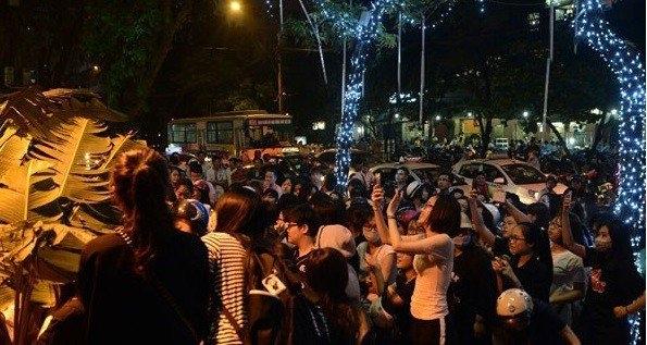 """Fan Việt và những lần khiến thần tượng Kpop sợ chạy """"xách dép"""""""