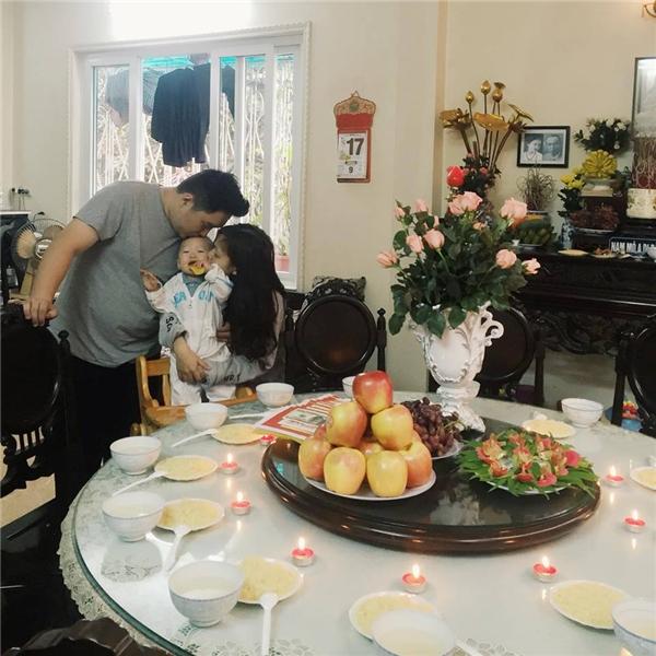 Mới đây gia đình đã tổ chức lễ thôi nôi cho béKem.(Ảnh: Internet)