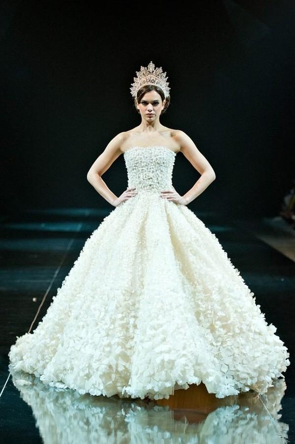 Tuy nhiên, công đồng mạng đã nhanh chóng bênh vực người đẹp 9X và cho rằng phom váy cũng như kĩ thuật đính kết này đã được áp dụng từ rất lâu.