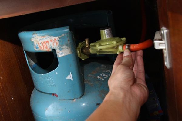 Nếu bạn ngửi thấy mùi gas đâu đó trong nhà, có thể đường ống nhà bạn đã bị rò rỉ, van khóa bị hư hay ống gas nối sai khớp. (Ảnh: Internet)