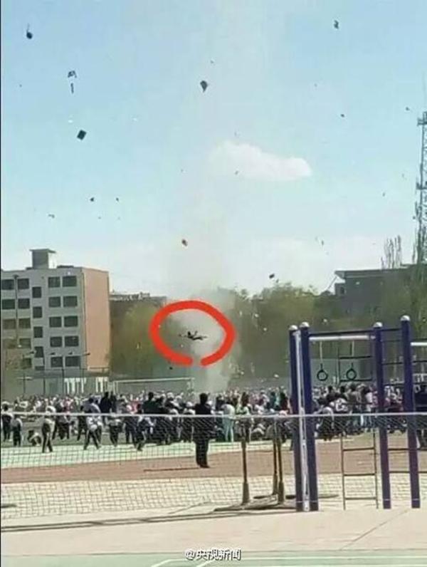 Một học sinh bị lốc xoáy cuốn bay lên trời, nhưng rất may không gặp nguy hiểm đến tính mạng.