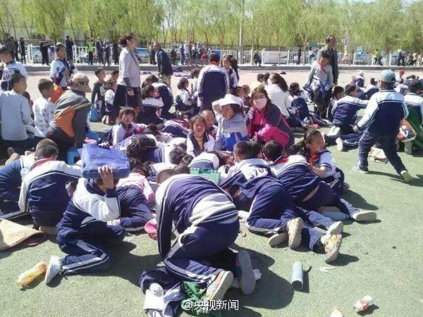Các em học sinh trường Tiểu học Uyên Tuyền vô cùng hoảng loạn.