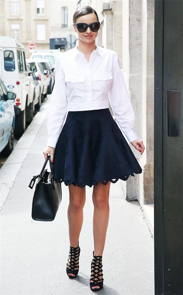 Hãy nhìn xem, hai tông màu đen trắng vẫn thu hút đến lạ kì với công thức áo sơ mi phối chân váy xòe ngắn của cựu thiên thần nội y Miranda Kerr. Đây gần như là lựa chọn an toàn nhất cả về màu sắc lẫn kiểu dáng. Để cho việc di chuyển thuận tiện hơn, các cô gái nên chọn sandal thay vì giày cao gót lênh khênh như Miranda.