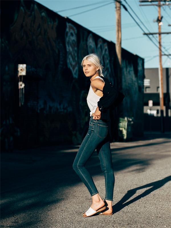 Áo phông phối quần jeans, áo khoác ngoài - combo đơn giản nhất và luôn dễ tìm nhất trong tủ đồ của các cô gái qua mọi mùa mốt.