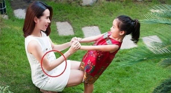 """Nhiều hình ảnh cho thấy bụng của bà mẹ một con to lên """"bất ngờ"""". - Tin sao Viet - Tin tuc sao Viet - Scandal sao Viet - Tin tuc cua Sao - Tin cua Sao"""