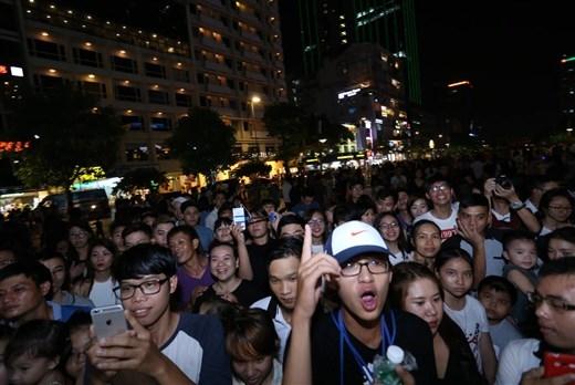 Đám đông tại phố Nguyễn Huệ vô cùng phấn khích với sự có mặt của Chi Pu - Tin sao Viet - Tin tuc sao Viet - Scandal sao Viet - Tin tuc cua Sao - Tin cua Sao