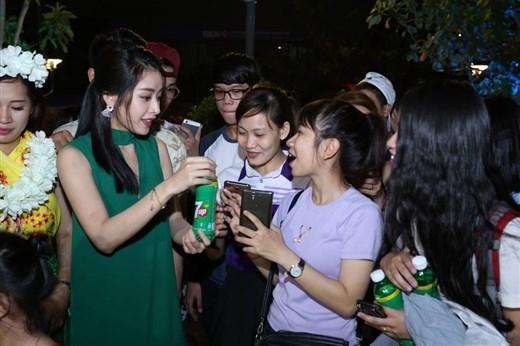 Sau khi khoe tài vũ đạo, Chi Pu vui vẻ giao lưu cùng fan và trao tặng những món quà đậm chất hè. - Tin sao Viet - Tin tuc sao Viet - Scandal sao Viet - Tin tuc cua Sao - Tin cua Sao