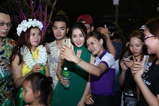 Hay nhí nhảnh selfie cùng các bạn trẻ. - Tin sao Viet - Tin tuc sao Viet - Scandal sao Viet - Tin tuc cua Sao - Tin cua Sao