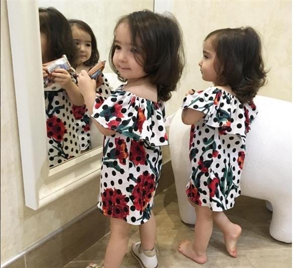 Hai cô nhóc chọn khoe vẻ xinh yêu trong mẫu váy hoa xoè dáng suông tiện lợi cho di chuyển. Mùa hè, những kiểu đồ màu sắc bắt mắt sẽ khiến các cô nhóc xinh yêu và ngộ nghĩnh hơn.