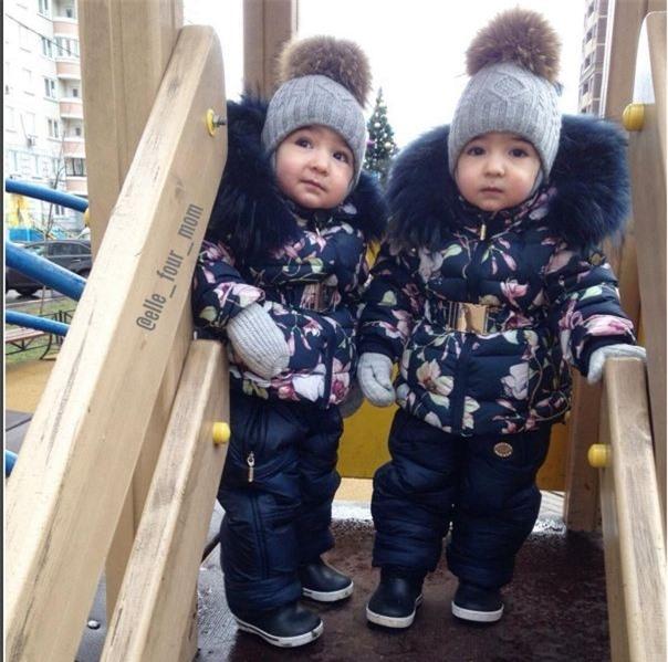 Mùa đông để chống chọi lại với thời tiết giá lạnh của nước Nga, 2 cô nhóc được mẹ cho diện đồ ấm áp với áo phao hoa nổi bật.