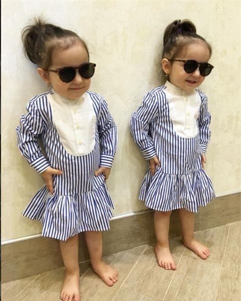 """Hai cô bé """"coppy paste"""" từ cách tạo dáng cho tới váy dáng sơ mi nổi bật."""