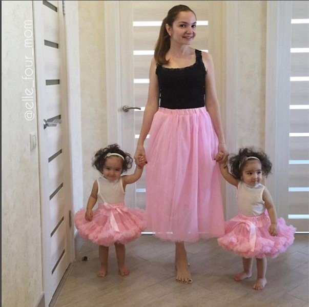 Hai cô nhóc điệu đà như công chúa bên cạnh mẹ trong mẫu váy bale hồng ngọt ngào.