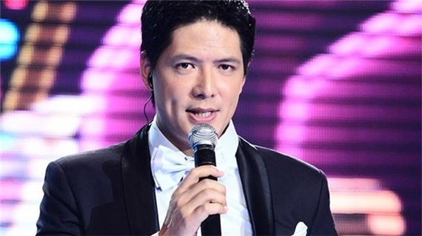 Diễn viên kiêm MC Bình Minh bước chân vào giới showbiz bằng nghề người mẫu, và anh trở thành ngôi sao sáng giá, gây dấu ấn bằng nụ cười hiền lành với má lúm đồng tiền.