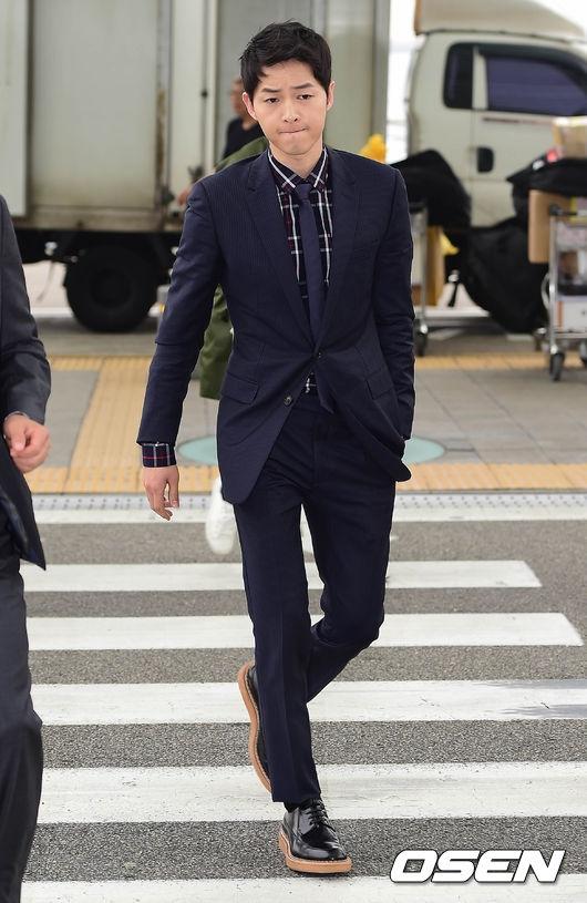 Song Joong Ki đẹp như tranh gây náo loạn tại sân bay