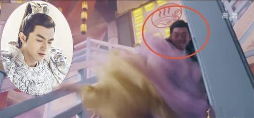 Cảnh Triệu Tử Long đỡ Khinh Y khi cô bị ngã cầu thang, Lâm Canh Tân phải nhờ diễn viên đóng thế thực hiện hộ.