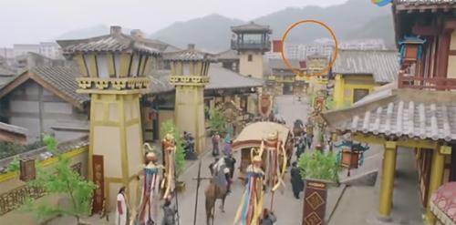 Đoạn quân binh đi trên phố, khán giả nhận ra những tòa nhà hiện đại ở phía xa. 'Phim được đầu tư 200 triệu dân dân tệ, lỗi lồ lộ thế này mà không chịu bỏ công sửa ư?', QQ bình luận.