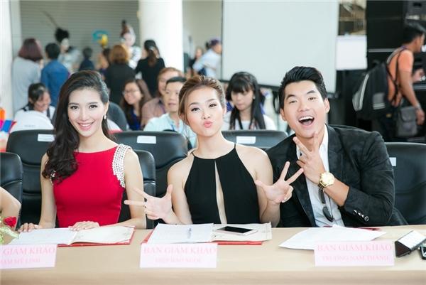 Cô cùng Trương Nam Thành, MC Mỹ Linh đảm nhận vai trò cầm cân nảy mực trong một cuộc thi về làm đẹp. - Tin sao Viet - Tin tuc sao Viet - Scandal sao Viet - Tin tuc cua Sao - Tin cua Sao