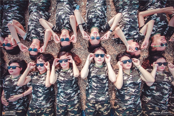 Với 33 thành viên với 19 boys và 14 girls, tập thể 12I2 đã quyết định sắm mỗi bạn 1 bộ trang phục bao gồm quần jogger vs áo phông rằn ri để phù hợp với ý tưởng của bộ ảnh