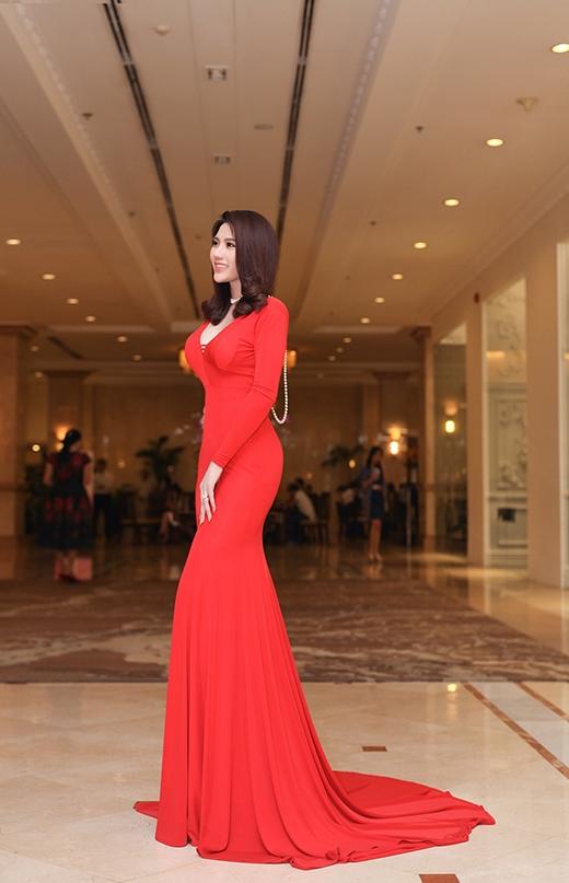 Đến dự buổi lễ, Lan Phương diện bộ đầm đỏ sang trọng giúp tôn lên vóc dáng quyến rũ. - Tin sao Viet - Tin tuc sao Viet - Scandal sao Viet - Tin tuc cua Sao - Tin cua Sao
