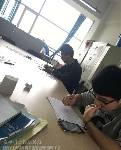 """Những """"nạn nhân"""" của vị giáo sư bá đạo đang ngồi chép phạt. Ảnh: Weibo"""