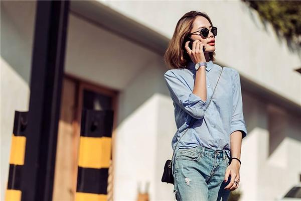 Denim cũng là lựa chọn của người mẫu Thu Hiền. Điểm nhấn trên trang phục tuy nhỏ nhưng lại tạo hiệu ứng rất nổi bật - đó chính là đường cắt táo bạo ở phần mông. Đi kèm trang phục là chiếc túi đeo nhỏ xinh với hai tông màu trắng, đen tương phản và giày họa tiết thổ cẩm bắt mắt.