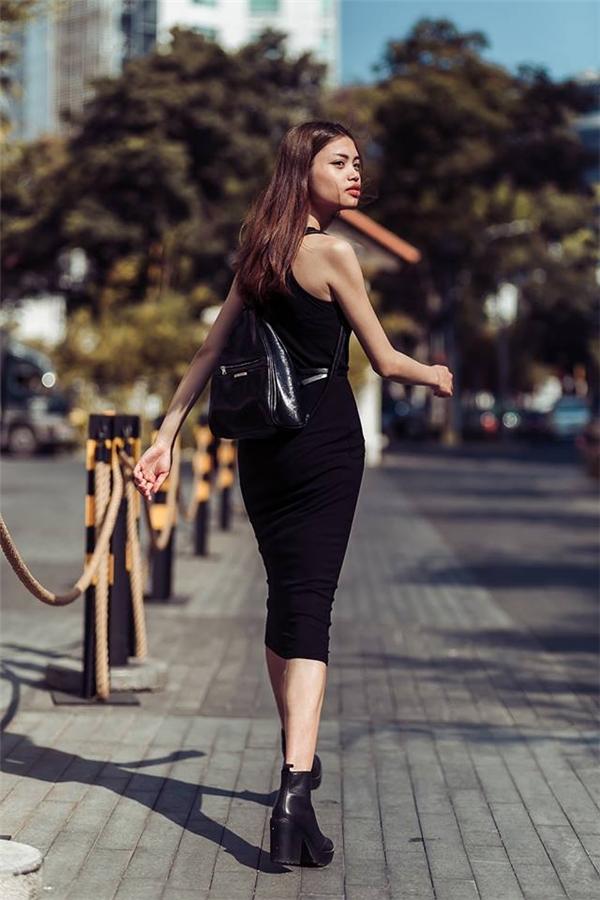 Với những cô nàng ưa chuộng vẻ ngoài đơn giản nhưng vẫn cá tính thì váy ôm phối giày boots cổ thấp sẽ là một công thức tuyệt vời. Chiếc balo nhỏ xinh đi kèm mang đến sự trẻ trung, năng động.