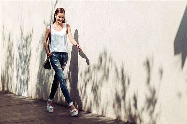 Với áo phông kết hợp cùng quần jeans rách đơn giản, bạn vẫn có thể trở thành tâm điểm của mọi ánh nhìn.