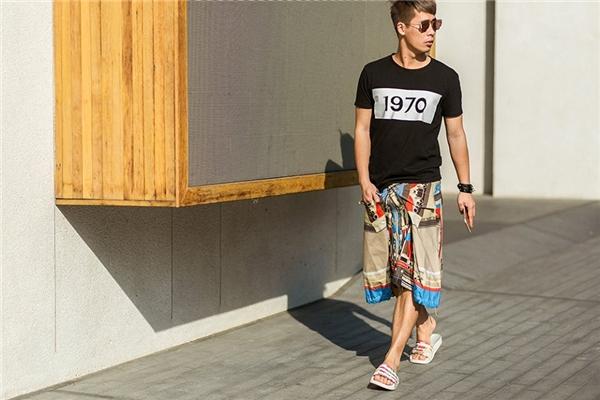Stylist Travis Nguyễn mang đến vẻ ngoài lạ mắt khi kết hợp váy họa tiết gủa Givenchy cùng áo phông họa tiết tối giản. Những phụ kiện đi kèm cũng được Travis lựa chọn từ những thương hiệu danh tiếng như: Adidas, Givenchy…
