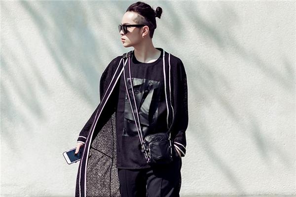 Kelbin Lei vẫn trung thành với với phong cách unisex quen thuộc. Chỉ với sắc đen trầm mặc, Kelbin luôn biến hóa đa dạng và gần như chưa bao giờ lặp lại bất kì hình ảnh nào.