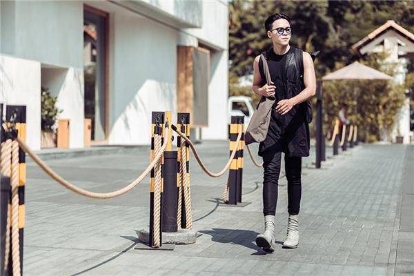 Bộ trang phục này lại là sự tương phản thú vị giữa quần jeans ôm sát kết hợp áo phom rộng cá tính, năng động. Balo, túi đeo, giày boots giúp tổng thể trở nên bớt đơn điệu hơn.