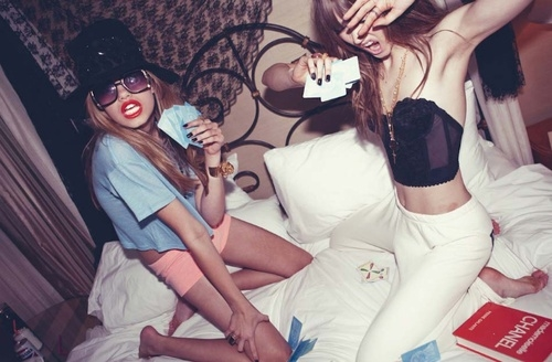 Tuổi trẻ chỉ đến một lần, nếu bây giờ không điên thì đến bao giờ sẽ loạn? (Ảnh: Internet)