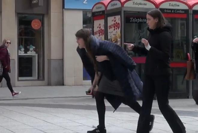 Cái kết khó tin dành cho người cố tình làm rơi ví trên đường