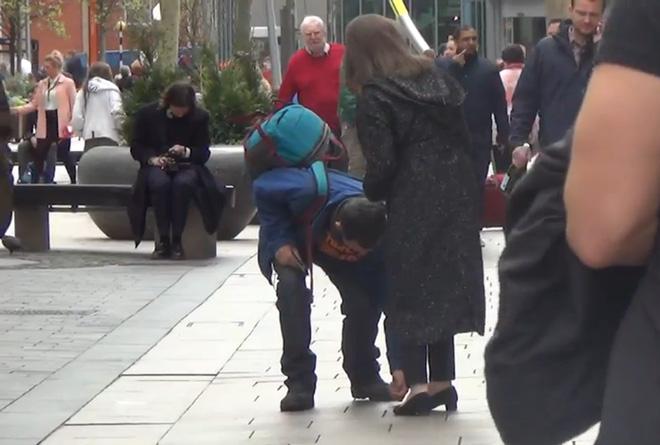 Không chỉ gọi người đánh rơi quay lại, anh thanh niên này còn cúi xuống nhặt từng đồng xu dưới đất.