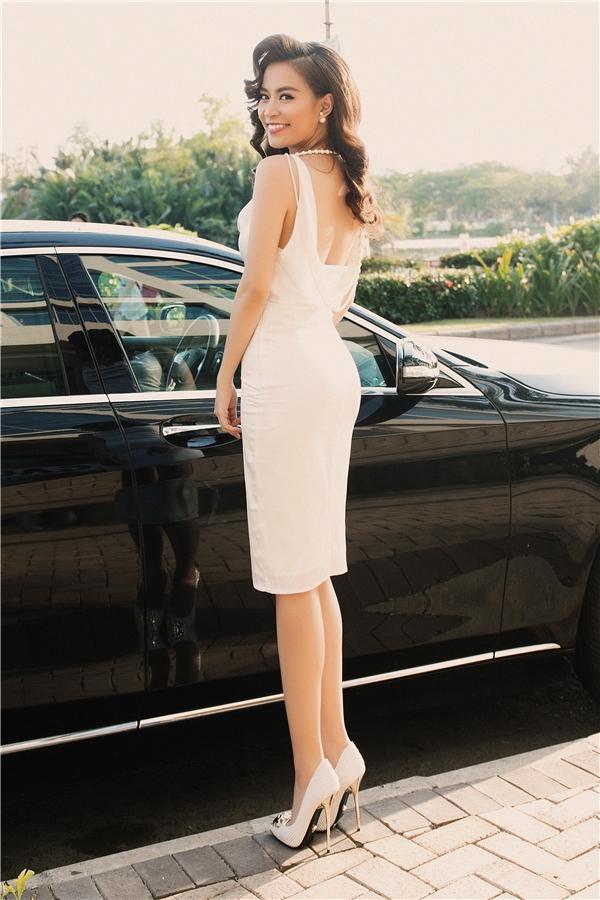 """Nữ ca sĩ diện chiếc váy trắng bó sát, khoe lưng trần gợi cảm để tham dự sự kiện cùng """"bạn trai tin đồn"""". - Tin sao Viet - Tin tuc sao Viet - Scandal sao Viet - Tin tuc cua Sao - Tin cua Sao"""