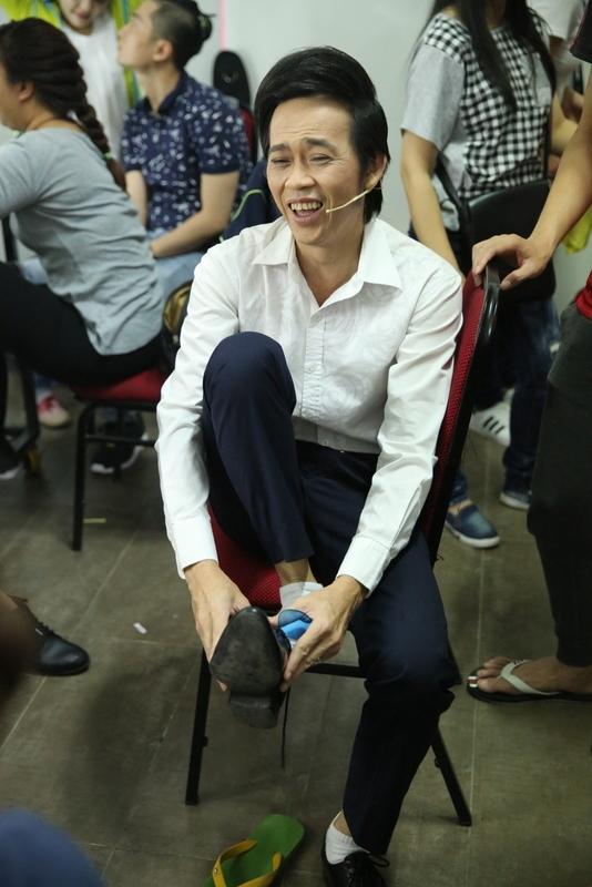 Hình ảnh một Hoài Linh với sự chân quê bình dị trước giờ ra sân khấu. - Tin sao Viet - Tin tuc sao Viet - Scandal sao Viet - Tin tuc cua Sao - Tin cua Sao